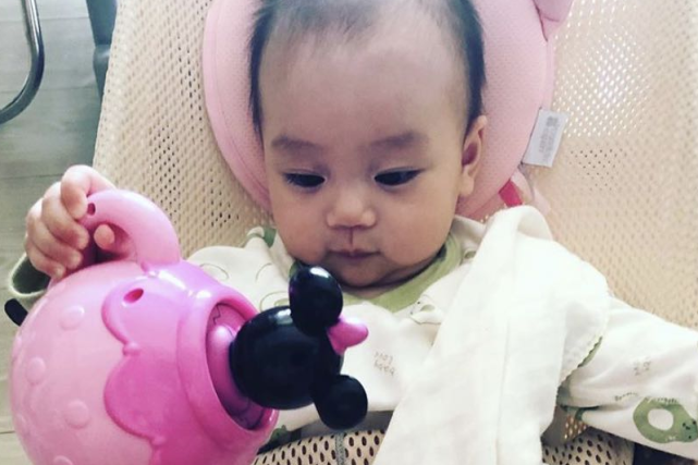 杨怡晒半岁女儿,吐槽珍珠一天就把新玩具玩坏,喊话女儿要斯文