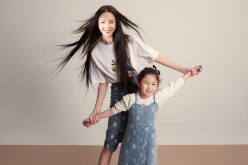 郑希怡与女儿拍杂志,一双笔直大长腿抢镜,6岁浸浸五官清秀可爱