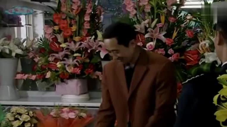 军官想浪漫一回,一大早就去买鲜花送给老婆,没想到老婆竟是市长