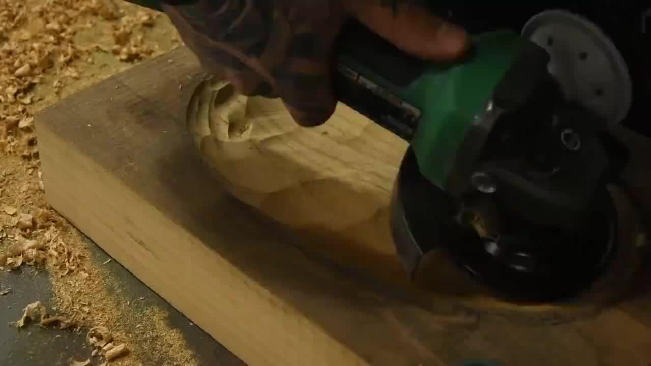 拿一块厚木板,用角磨机挖一个洗脸槽,又要省一笔钱了