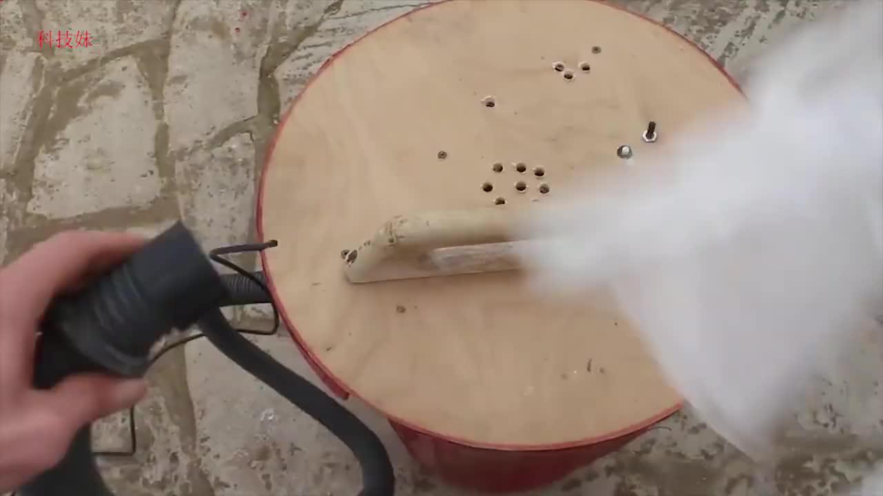 20元收的破旧吸尘器,把它安装在一个塑料桶上,吸尘效果杠杠滴