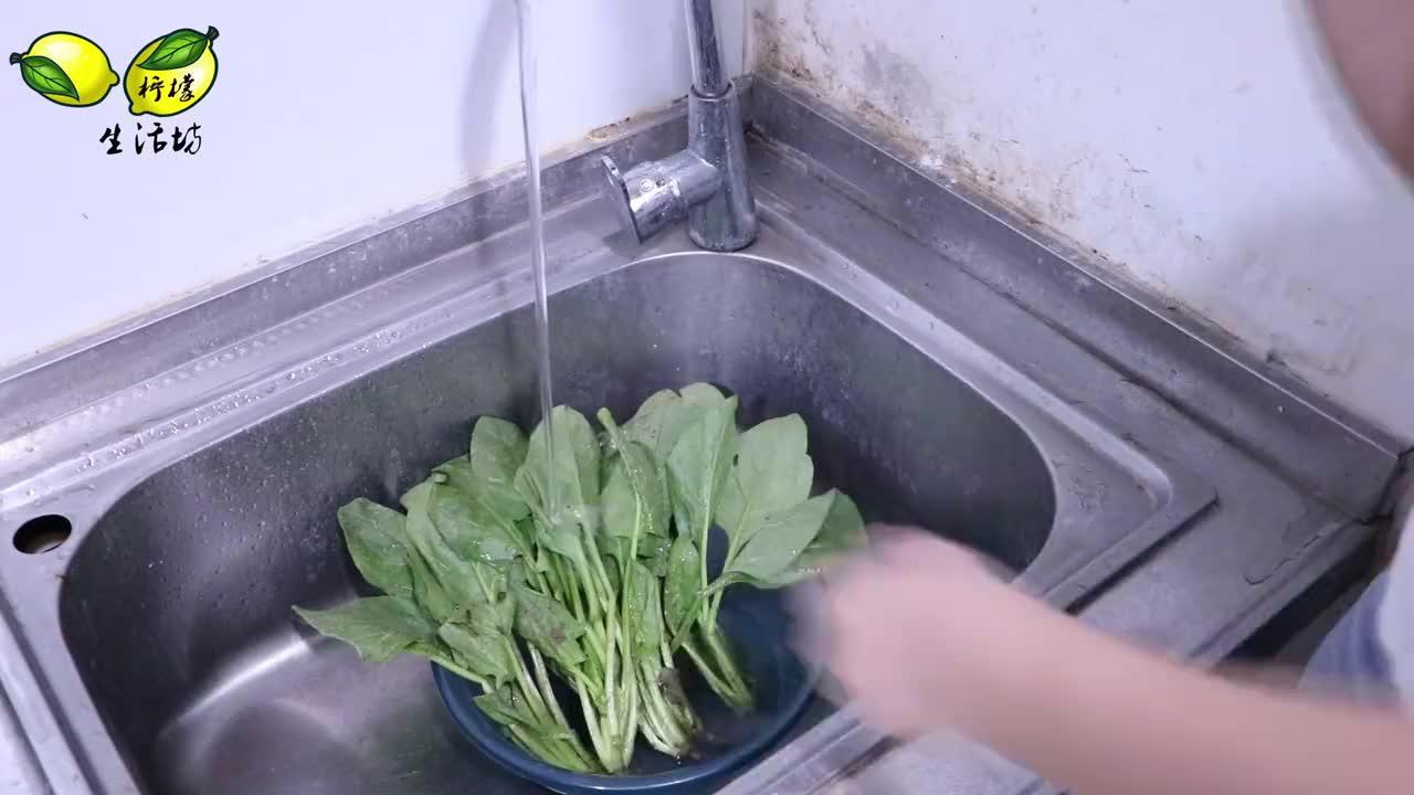 """炒菠菜直接下油锅就错了!炒之前多做""""这一步"""",色泽翠绿超入味"""