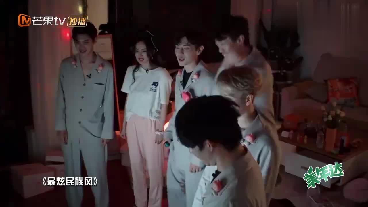 杨幂黄明昊强烈要求跳《最炫民族风》,可王嘉尔却一脸懵,不懂!