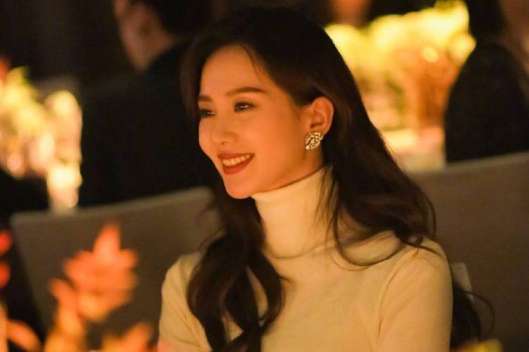 刘诗诗出席活动,被抓拍的照片大方明艳,每一张都是绝美大片