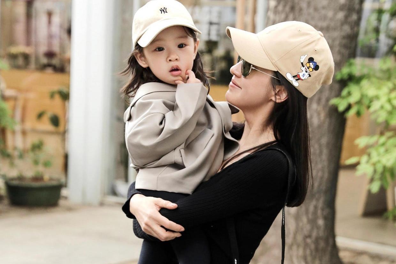王智带女儿去逛街,穿黑色打底衫配五分裤身材纤细,女儿超可爱的