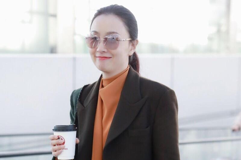 48岁的陶虹没有一丝大妈感,一身大地色西装走机场,高级又气质