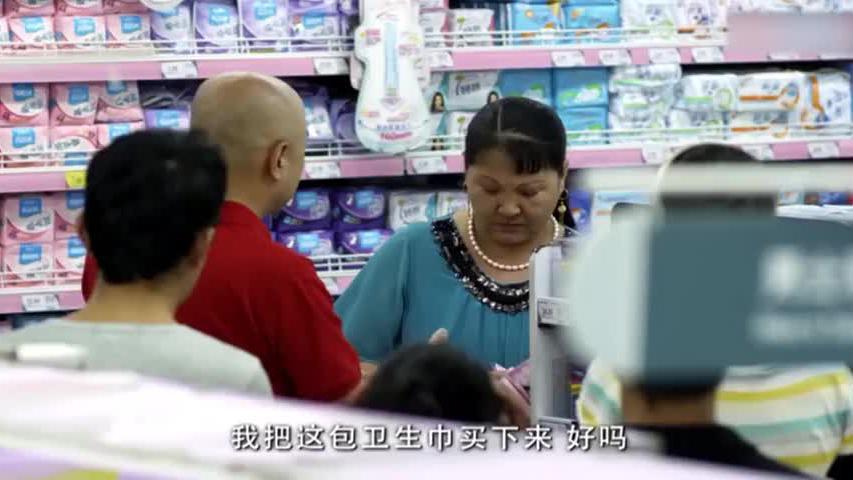 大妈去超市买卫生巾,拆开后竟想要退货,小伙的处理方式堪称王者