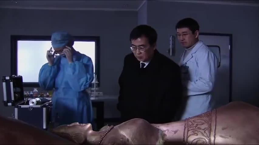 工人不小心摔坏铜像,怎料里面竟藏着尸体,女法医一检查众人吓坏