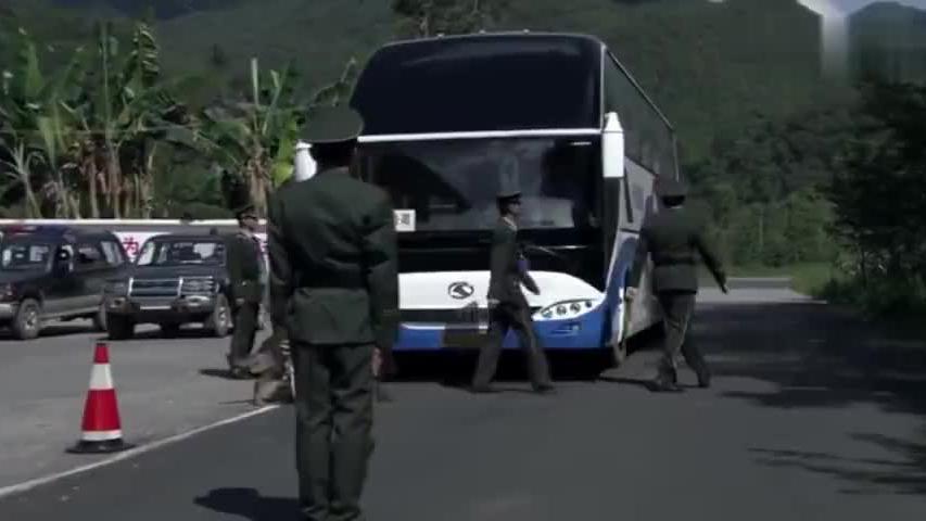 警察拦边境大巴车,警犬却趴在破轮胎上,怎料警察拆开发现大问题