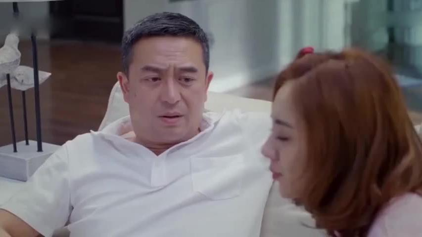 老爸以为沙发上是女儿,照脚丫子上去就是一巴掌,低头一看慌了