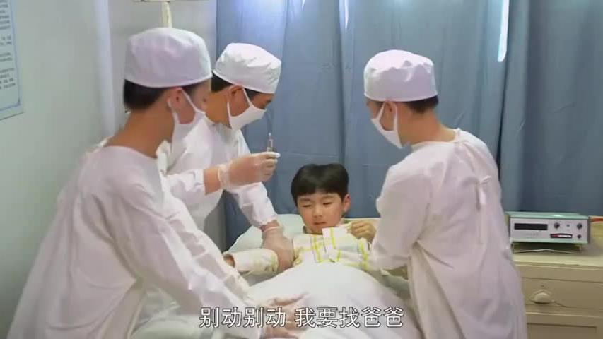 亲生父亲骗儿子到医院换肾,后爸得知后,直接往亲生父亲肾上狂踢