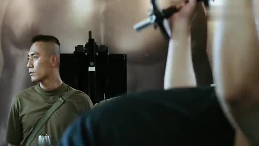 肌肉男瞧不起退伍兵,特种兵让他先出手,一招就把他打残了