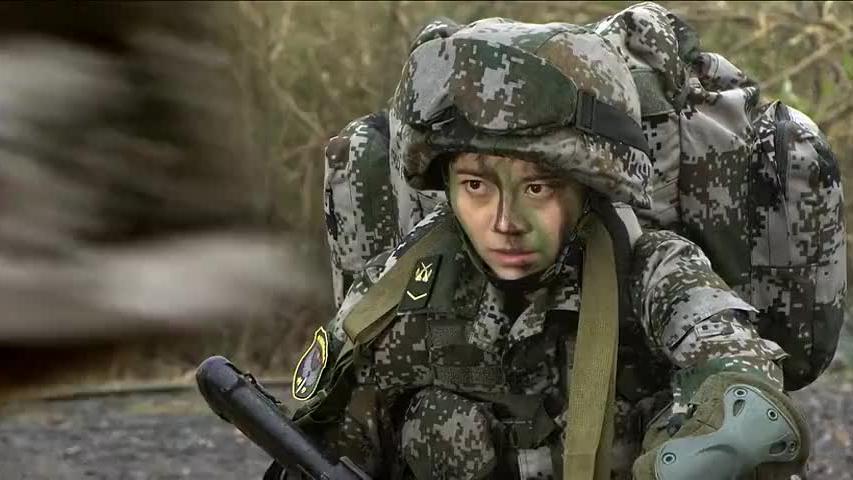 女兵在山地上脱鞋子,没想到不仅不怕扎反而跑的更快,男兵看呆了
