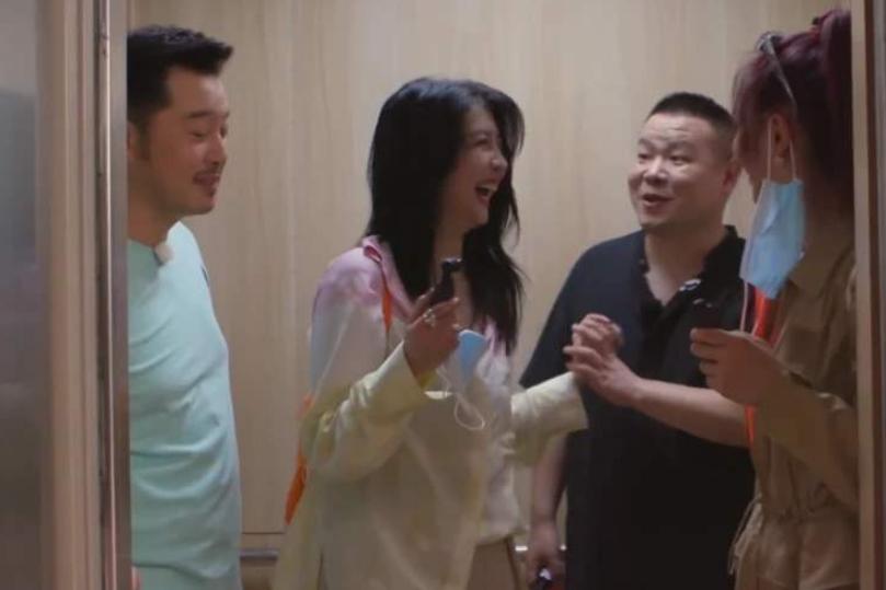 """赵小棠被嘲服装像""""蟹肉棒"""",岳云鹏居然赞同,两人把恶评当笑话"""