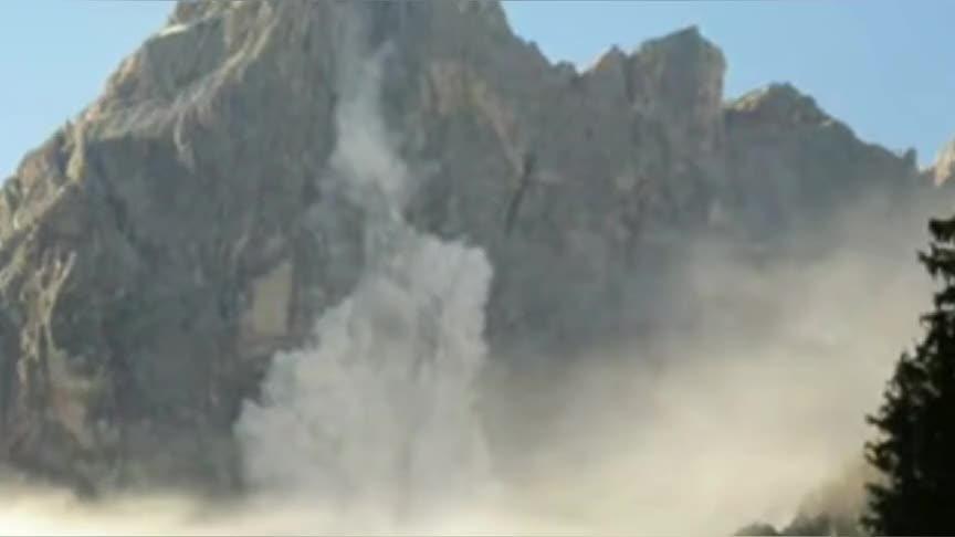 山体滑坡,整个山谷烟雾弥漫