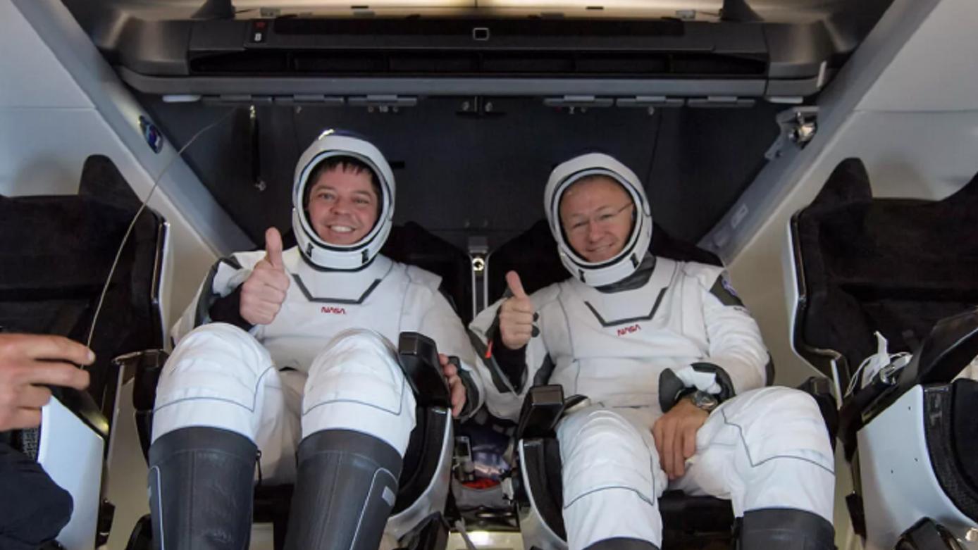 """NASA45年来首在海上降落""""载人龙""""飞船航天员拨打了恶作剧电话"""