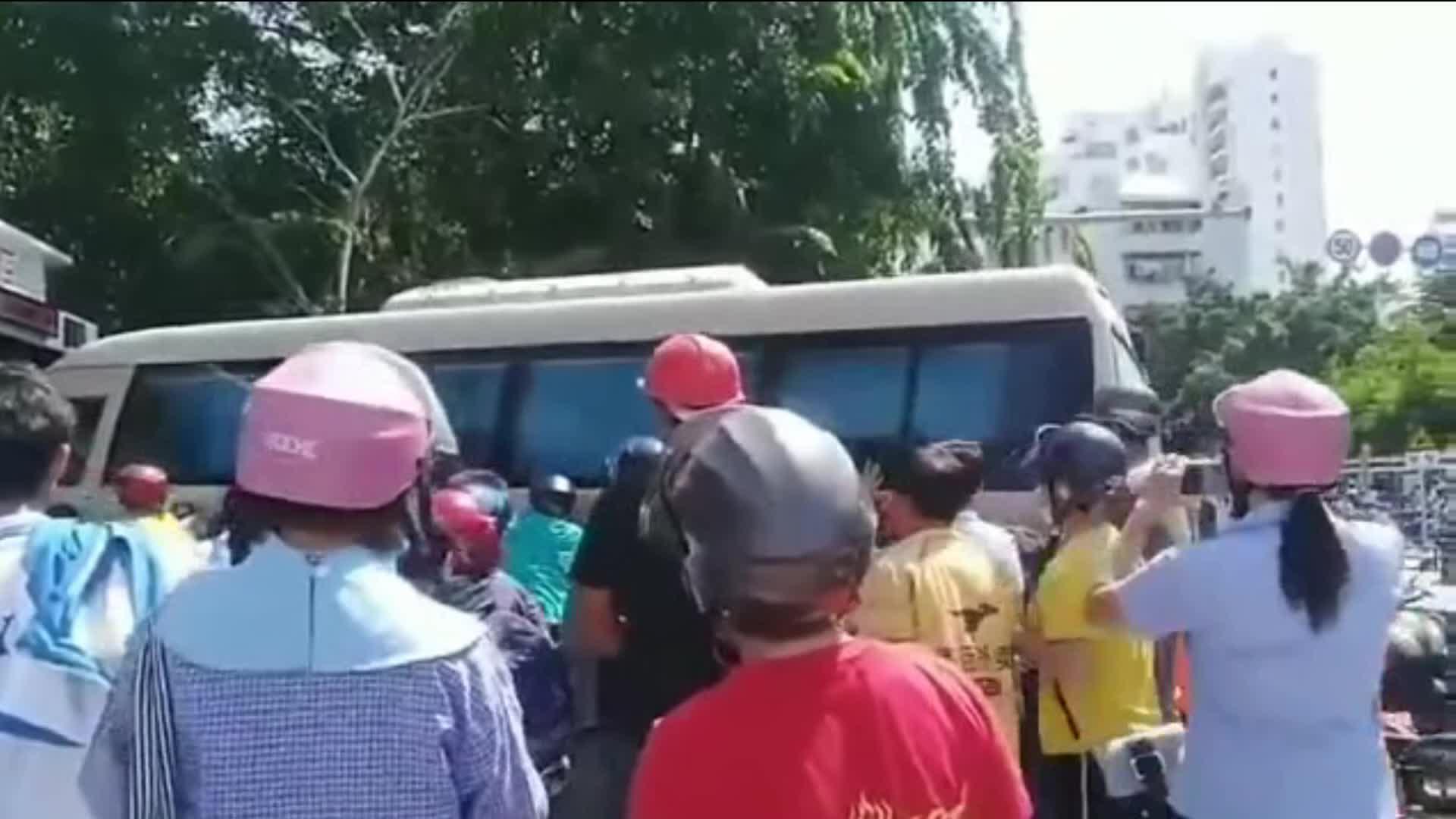 一死一伤!三亚一公交车失控撞绿化带 两人卷入车底