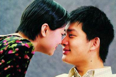 44岁中国围棋男神,不顾父母反对,娶大8岁师姑,如今妻子已显老