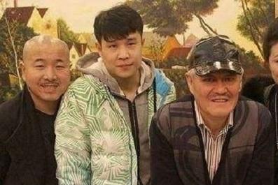 他是一个赵本山弟子,为了节省55元的高速公路通行费,他被收费