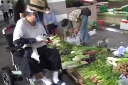68岁洪金宝穿拖鞋逛菜市场,驼背显老态,住多层豪宅仍爱逛地摊