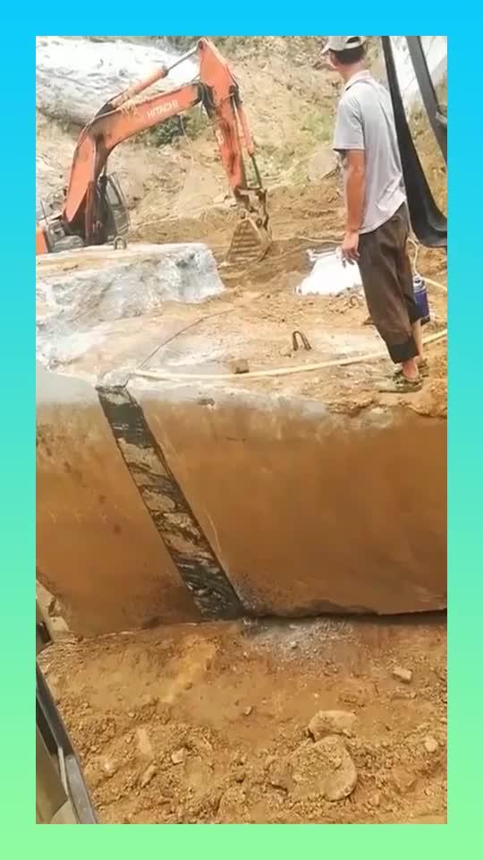 本以为挖掘机要挖石头,没想到是切割石头,温度太高石头都冒烟了