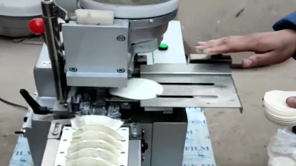 老板辞退了工人,说以后用机器包饺子,没想到效率这么低!