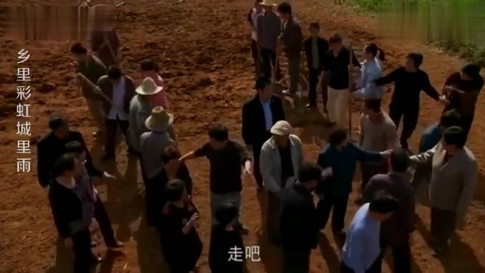 两个村民在田里打架,村支书劝架方法绝了,说出两个字让他们和好