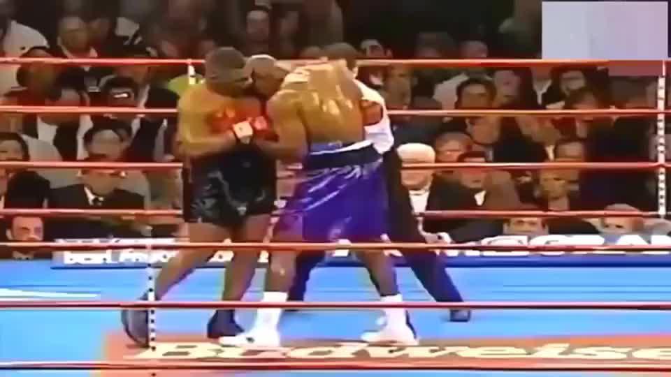 霍利菲尔德挨了泰森重600公斤的重拳,差点被KO,王者之间的较量
