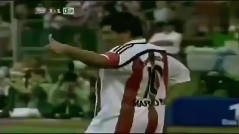 马拉多纳退役之后球技依然傲人,球王就是球王,球技跟年龄无关