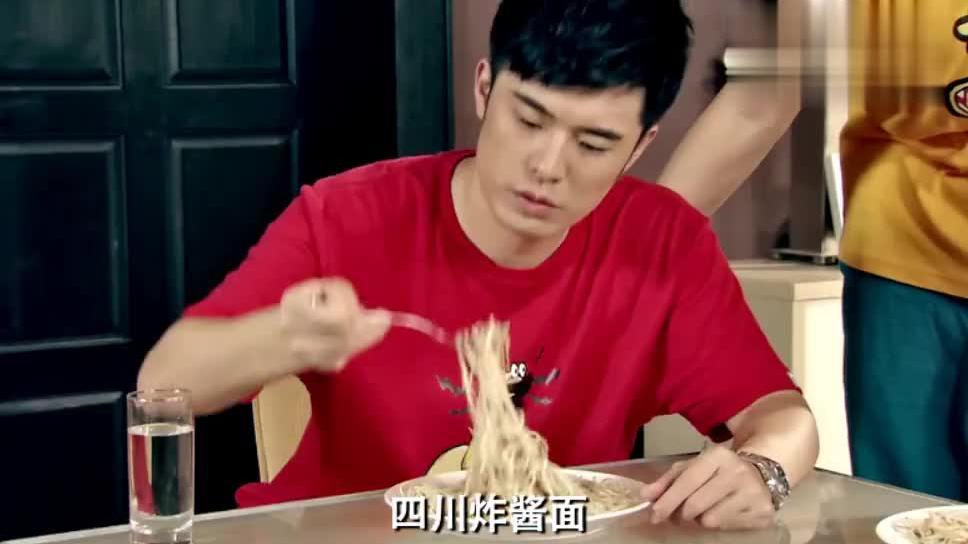 爱情公寓:曾小贤吃了口展博做的意大利面,整个人都扭曲了!