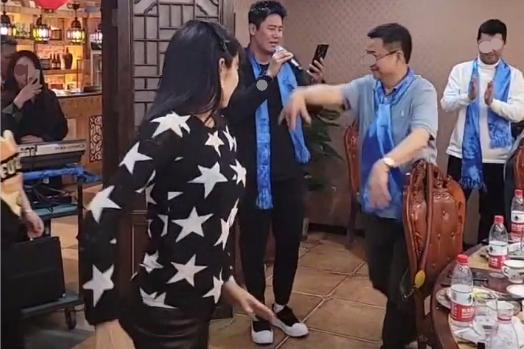 秋瓷炫老公于晓光饭局高歌,美女在一旁伴舞,家中厨房像酒店后厨