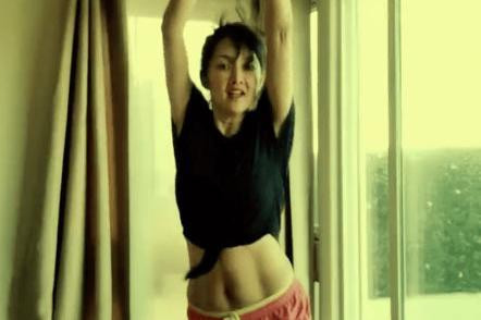 47岁牛莉身材管理真好,穿露脐装跳健身操,马甲线不输年轻女艺人