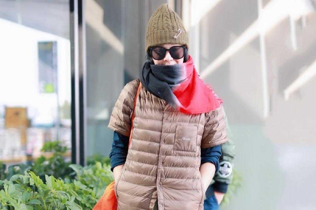 刘若英才是时尚达人,穿短袖羽绒服配半身裙,再戴帽子和围巾好酷
