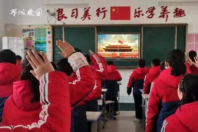 """邓州市花洲实验小学举行""""度过一个有意义的假期""""主题升旗仪式"""
