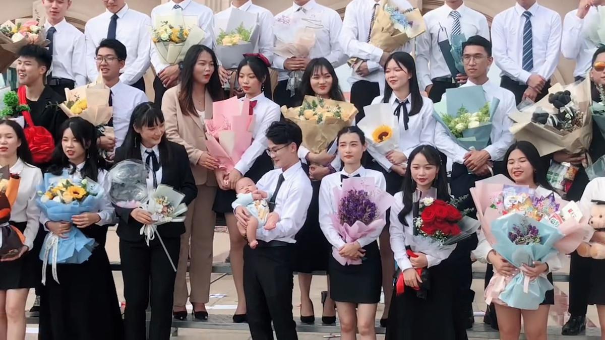 两人入学三人毕业!拍毕业照同学都抱鲜花,唯C位男生抱宝宝!