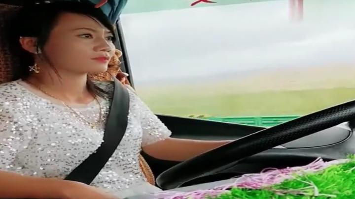 女卡车司机在路上,外面的草原真的太美了,美女更好看一些!