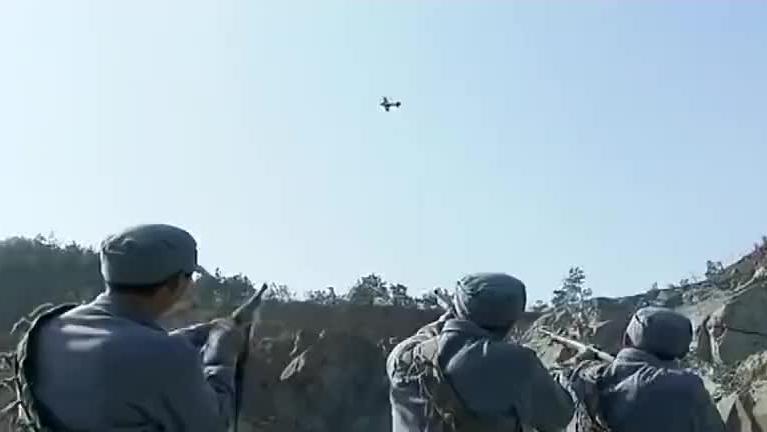 鬼子飞行员空中侦查,谁料碰见个八路军神枪手,一发子弹送他归西