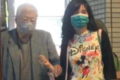 王力宏56岁岳母疑与83岁富商交往,两人举止亲密,男方走路需搀扶
