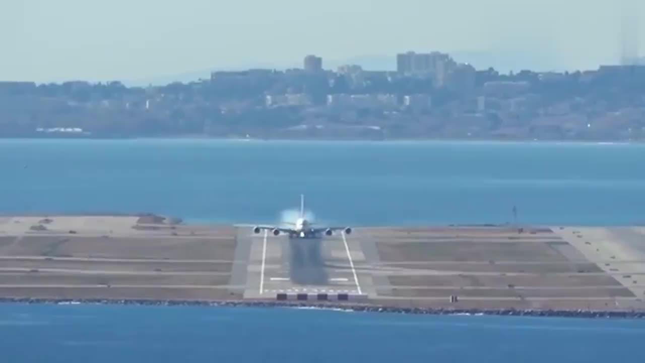镜头记录了大型客机降落全过程,场面相当壮观!