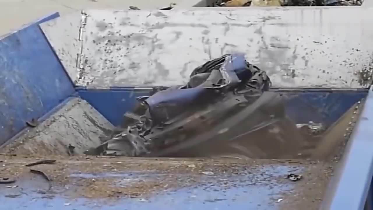 原来废旧汽车是这样处理的,瞬间变成碎片!