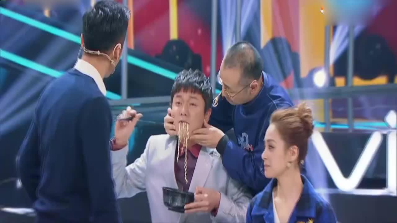 王牌:肖央吃泡面被抓住,谢霆锋疾步走过去,王祖蓝被吓得呛到
