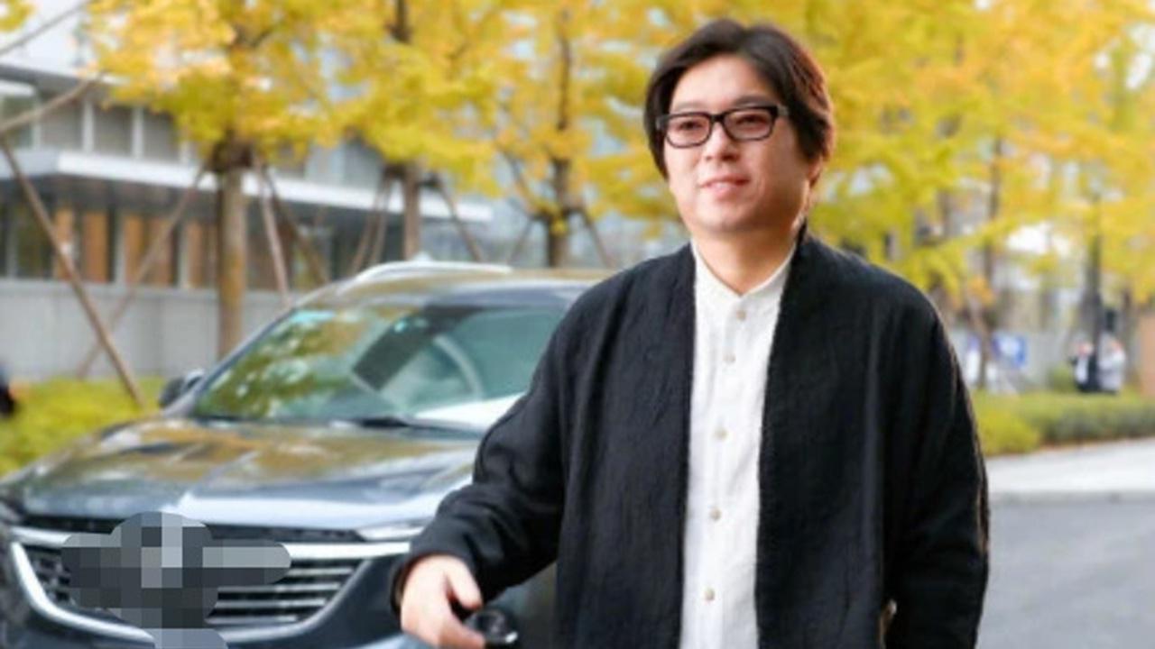 罕见!高晓松出道多年减肥成功,晒瘦26斤靓照却被身后帅哥抢镜