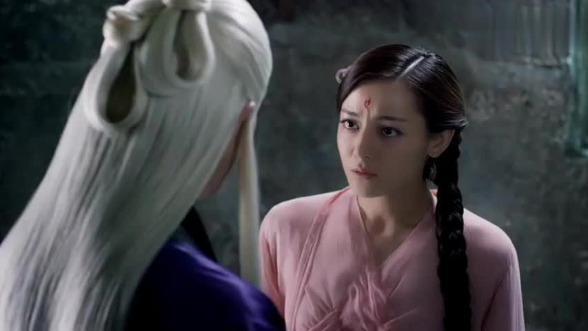 凤九抢帝君手中竹简,古灵精怪可爱的不行,帝君敲她额头满脸宠溺