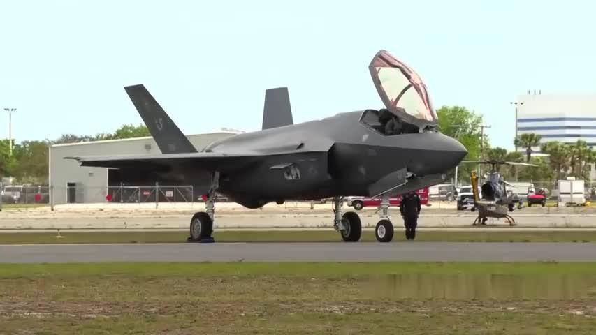 美空军F-35A参加墨尔本航空展,短距起飞,垂直爬升,来个大回环