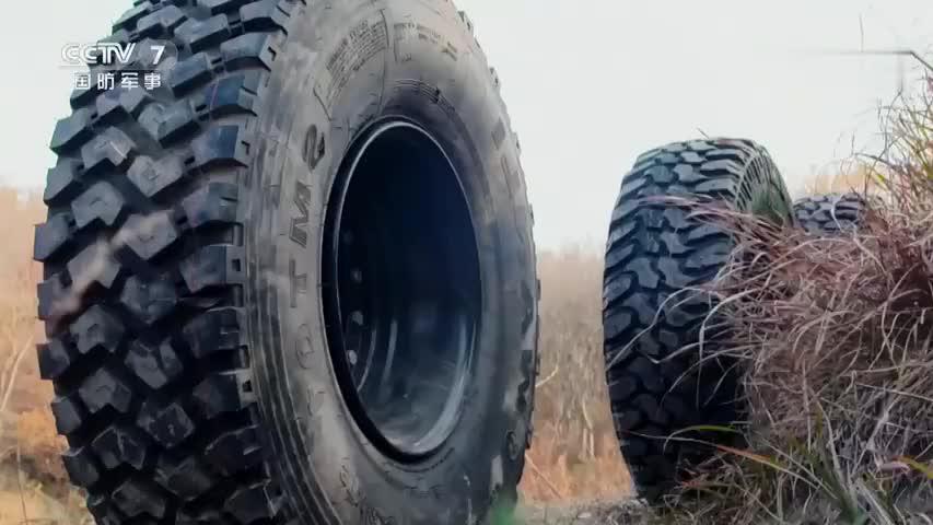 军用轮胎测试:10式大口径反器材狙击步枪对轮胎进行破坏