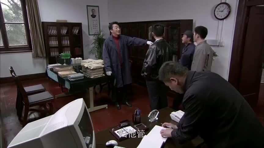 男人脱了西服帮大叔搬书,大叔还叮嘱他别把工作服揉皱了