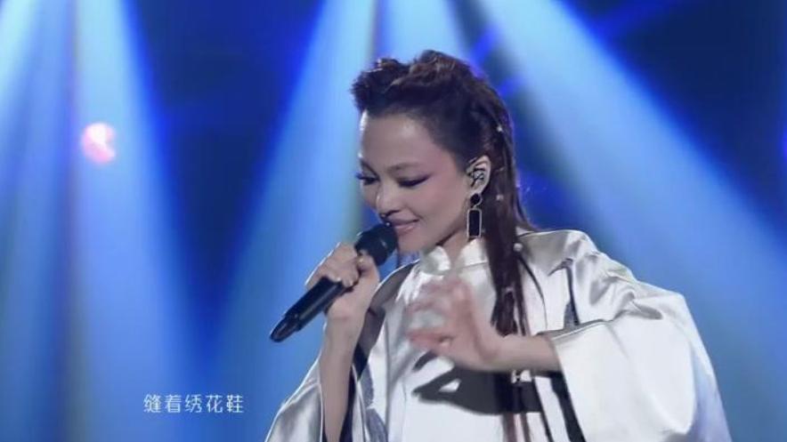 张韶涵翻唱网红歌曲,一首《黎明前的黑暗》秒杀网红,不愧实力派
