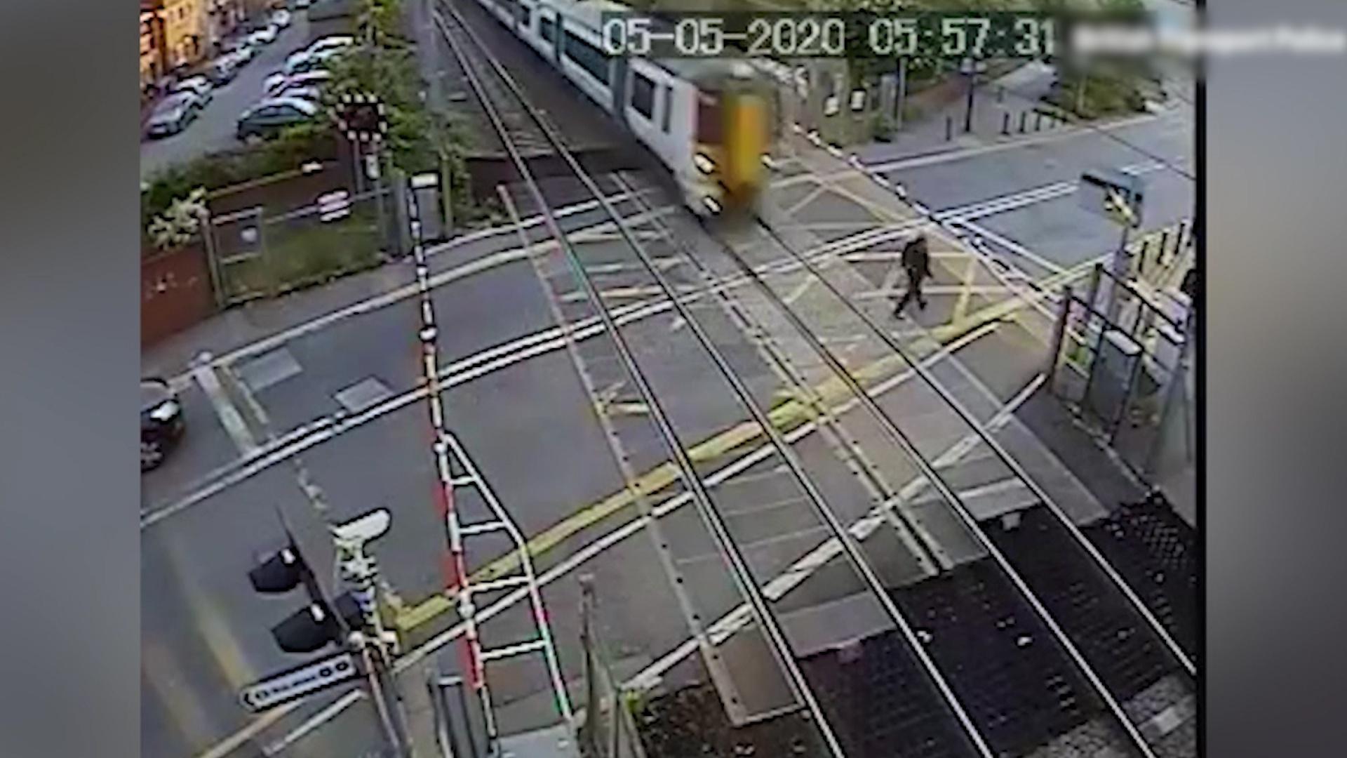 男子非法穿越铁轨封锁区,走上铁轨时一辆火车突然迎面驶来