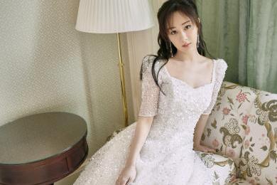 杨紫纯白亮片长裙秀锁骨,俏皮反击粉丝叫老婆,网友:就是我老婆
