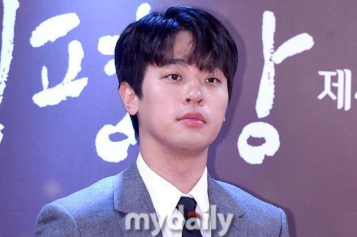 韩国艺人朴正民首尔出席第40届影评奖颁奖礼